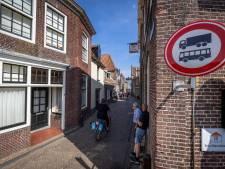 Camera's moeten voorkomen dat vrachtwagens nog door drukke Brouwerstraat in Blokzijl gaan