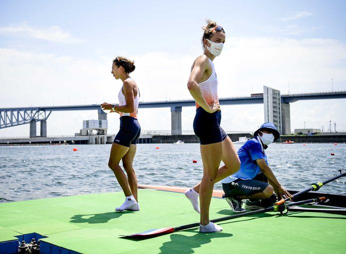 Marieke Keijser en Ilse Paulis (L) na afloop van de finale roeien vrouwen lichte dubbeltwee op de Sea Forest Waterway tijdens de Olympische Spelen van Tokio.