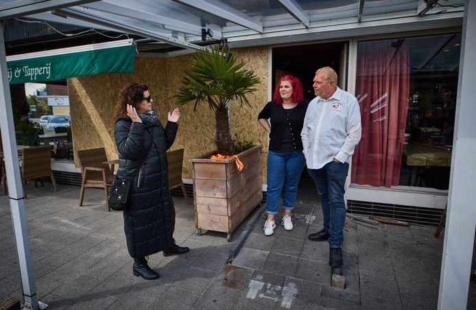 Eigenaar Willem Bollaart (rechts) voor zijn beschadigde eetcafé 't Haantje.