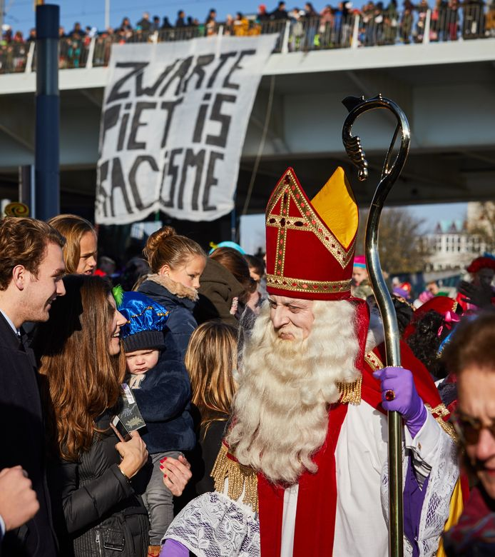 Tijdens de intocht van Sinterklaas demonstreerde de actiegroep Kick Out Zwarte Piet op de achtergrond. Een man wilde deze demonstraties met geweld tegenhouden. Vandaag stond hij voor de rechter.