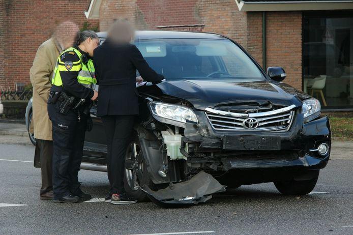 Flink beschadigde auto na ongeluk op kruising