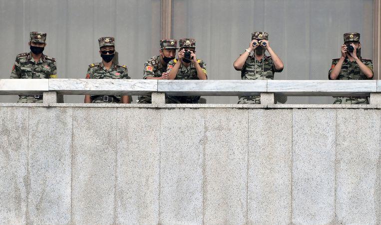 Noord-Koreaanse militairen houden de andere kant van de grens in de gaten.  Beeld AP