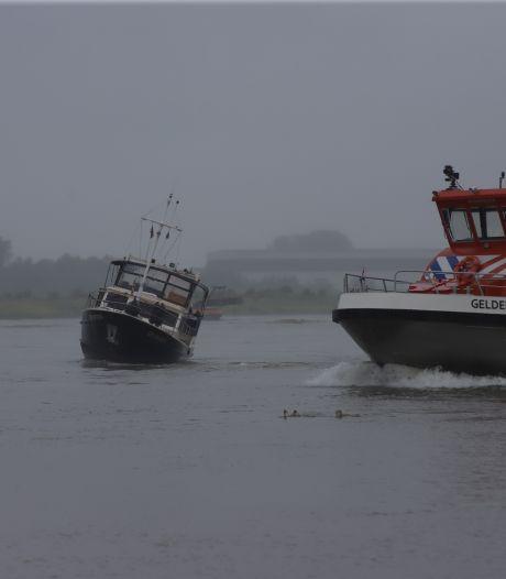 Opnieuw loopt boot met passagiers vast op krib van de Waal bij Zennewijnen: toeval?