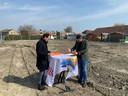 Directeur Marco van der Wel (l)van Zeeuwland en de aannemer tekenen een overeenkomst op de bouwplaats.