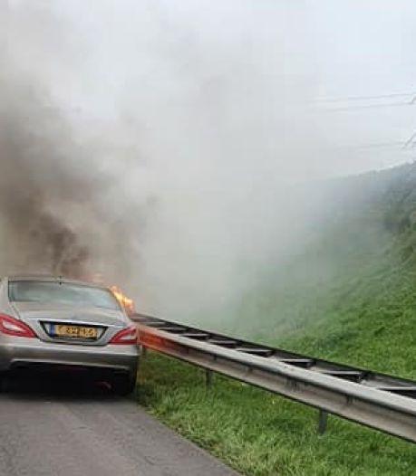 Autobrand bij tolpoortjes: mijn vrouw wees op de vlammen onder de auto voor ons