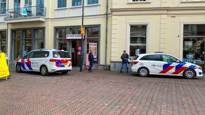 De politie is op zoek naar 'een manspersoon' die wordt verdacht van diefstal aan de Korte Bisschopstraat. Signalement: hij draagt een roze eenhoornknuffel...