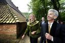 Archieffoto van minister Plasterk die het Openluchtmuseum in Arnhem bezoekt met burgemeester Krikke.