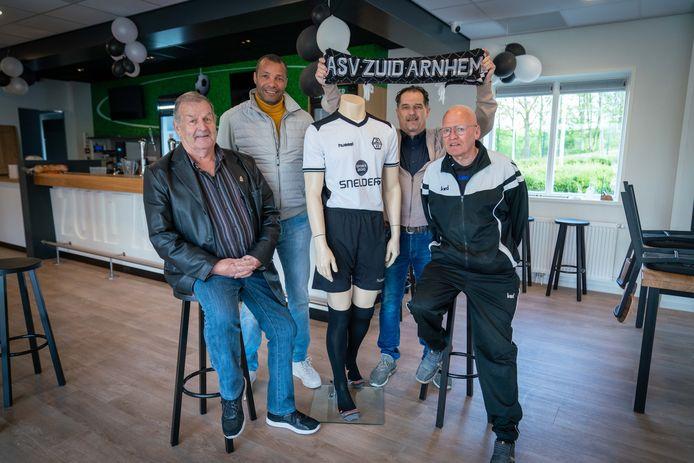 Zuid Arnhem-supporters Frits Baars, Roberto Straal, John Doedens en Jan Daams in het nieuwe clubhuis aan de Drielsedijk in Arnhem-Zuid.