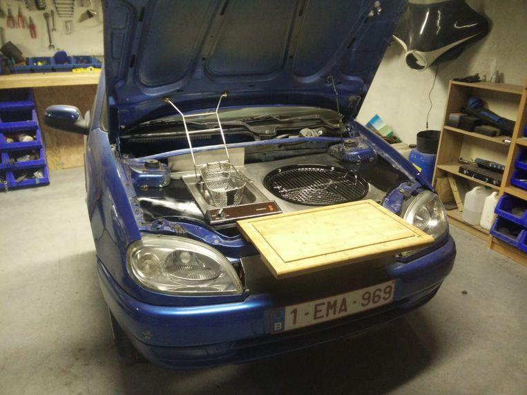 Het resultaat na enkele dagen werken in het atelier: een barbecue en friteuse in het motorcompartiment van de Citroën Saxo.