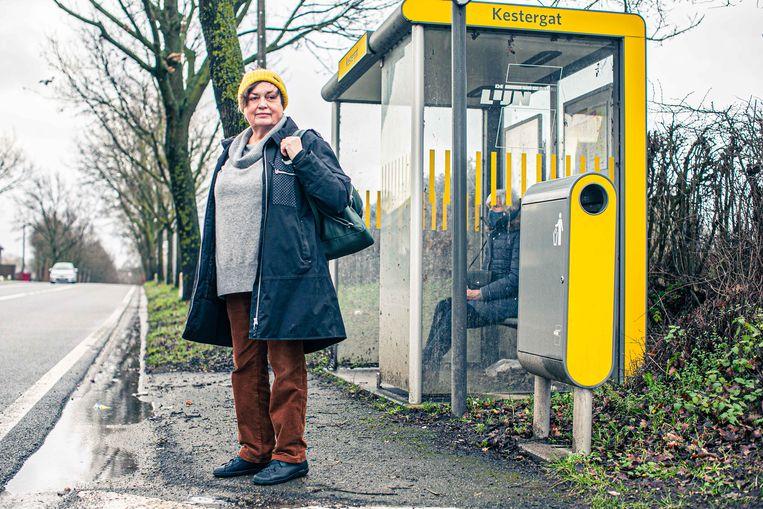 Monique aan 'haar' halte in Kester. Daar passeert nu nog een rechtstreekse bus naar Brussel, maar volgend jaar niet meer. Beeld Bas Bogaerts
