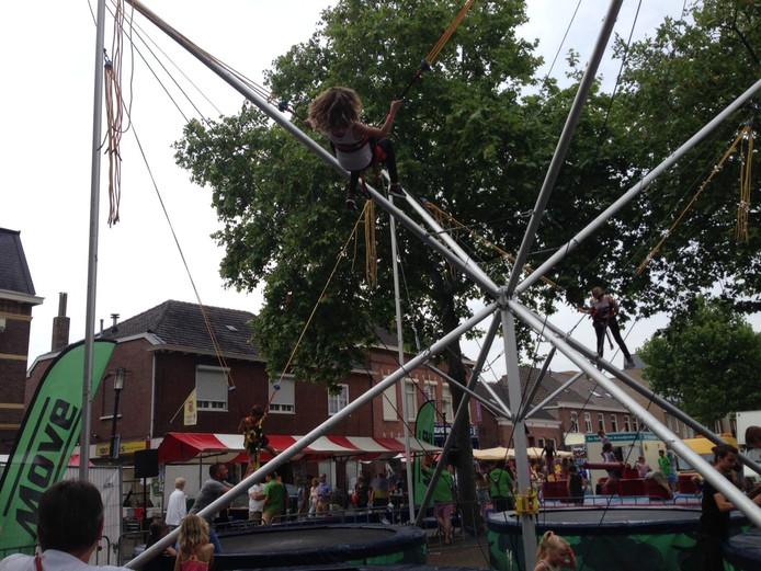 Een nieuwe activiteit op de jaarmarkt was het trampolinespringen met een bungee-elastiek.