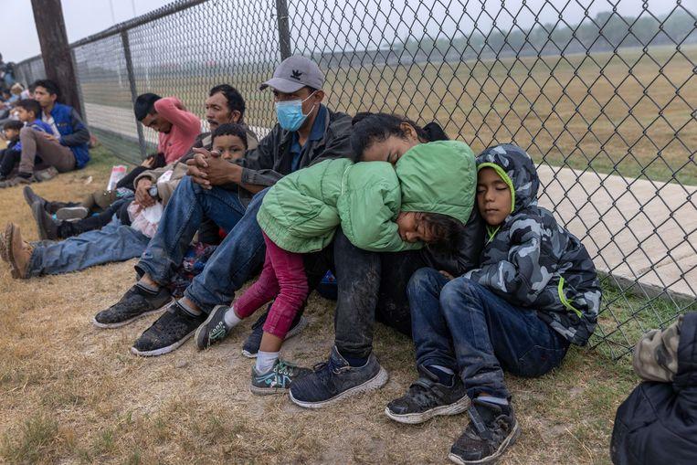 Migranten bij de grens met Mexico. Beeld AFP