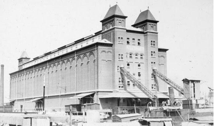De bakstenen graansilo A dateert uit 1895.