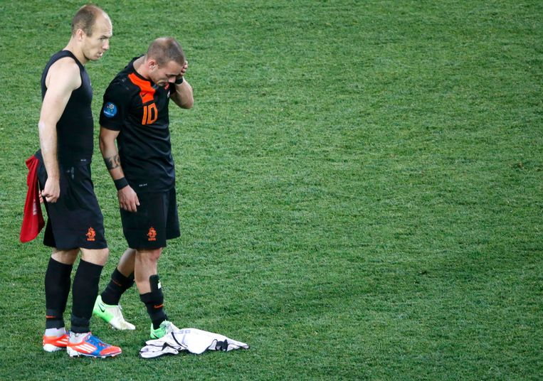Netherlands' Arjen Robben (L) and Wesley Sneijder react after defeat against Portugal at their Group B Euro 2012 soccer match at the Metalist stadium in Kharkiv, June 17, 2012.   REUTERS/Michael Buholzer (UKRAINE  - Tags: SPORT SOCCER) Beeld REUTERS