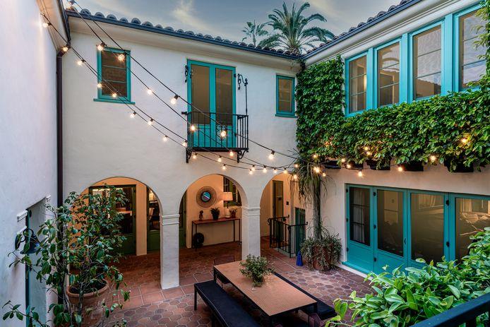 Outre sa piscine et ses nombreux espaces de détente à l'extérieur, la villa possède également une jolie cour intérieure.