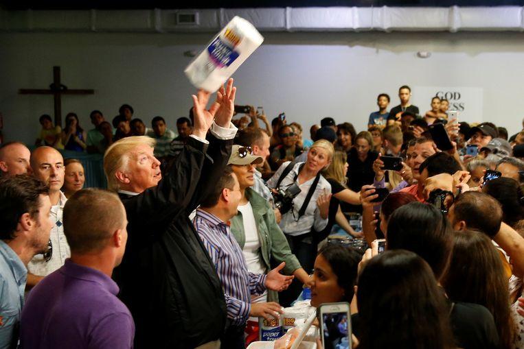 President Donald Trump gooit met keukenrol in Puerto Rico. Beeld REUTERS