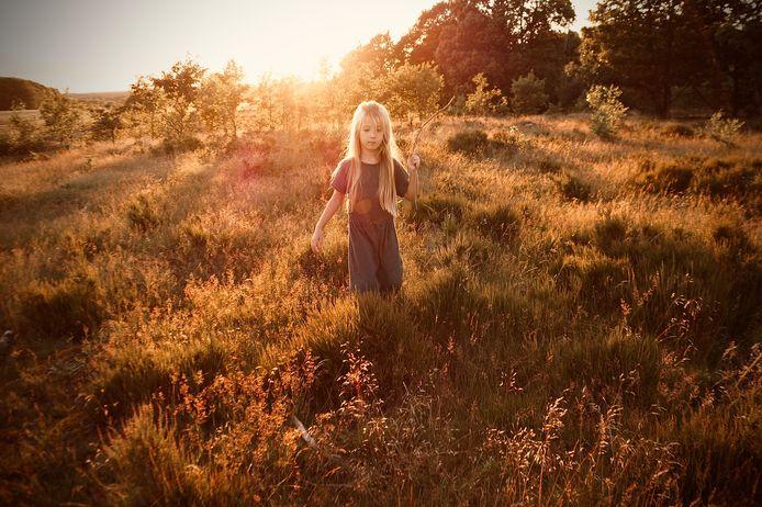 Lorèn geniet van de ondergaande zon op de Veluwe.
