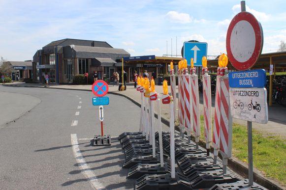 De borden voor de start van de werken staan al klaar aan het station van Aalter.