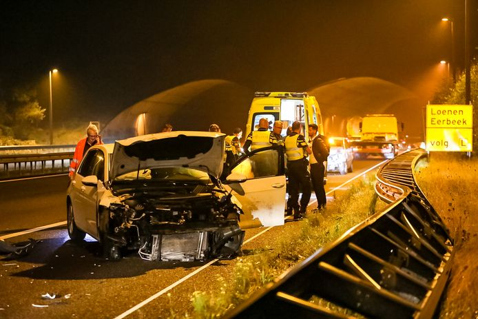 De aanrijding zou zijn ontstaan doordat een van de twee auto's de voorganger zou hebben aangetikt, waarna beide bestuurders de macht over het stuur verloren. Er was sprake van mist.