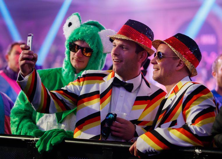 Duitse fans komen als kikker of in glitterpak. Beeld BELGAIMAGE