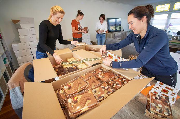 Verzamelen van de chocoladeletters door Ladies' Circle De Leijgraaf.