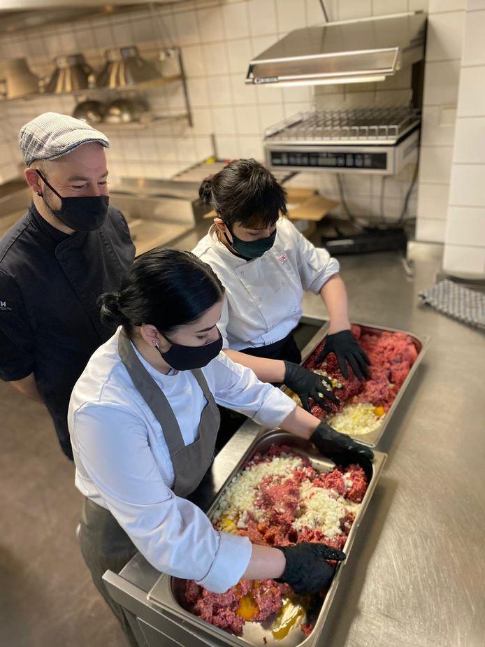 Onder toeziend oog van de chef van BrewDog zijn studenten in de weer met het kokkerellen van een stevige hap, die later een mooie bestemming zal krijgen.