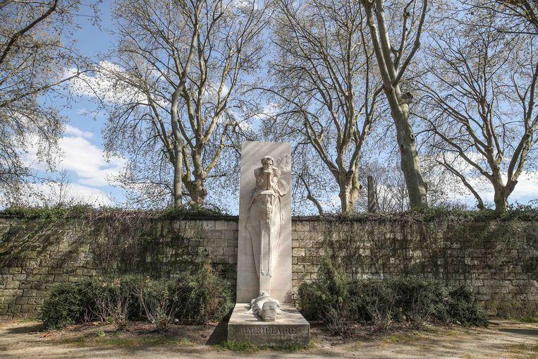 Grafmonument voor Charles Baudelaire op het Parijse kerkhof van Montparnasse.  Beeld EPA