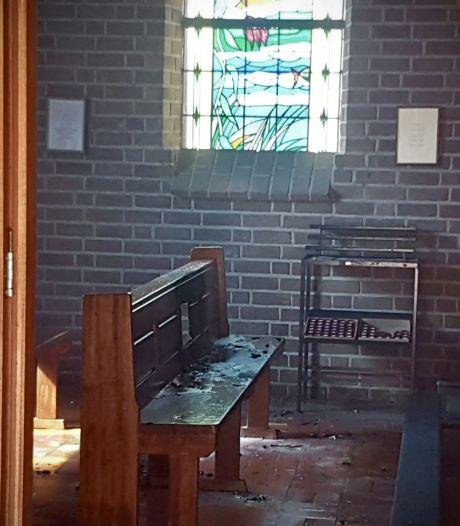 Kerkbladen vatten vlam in kapel in Albergen