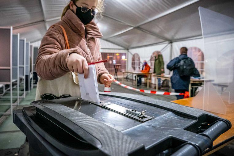 Een stemgerechtigde brengt een stem uit in een tijdelijke stemtent voor station Nijmegen, die als eerste van Nederland openging. Beeld ANP