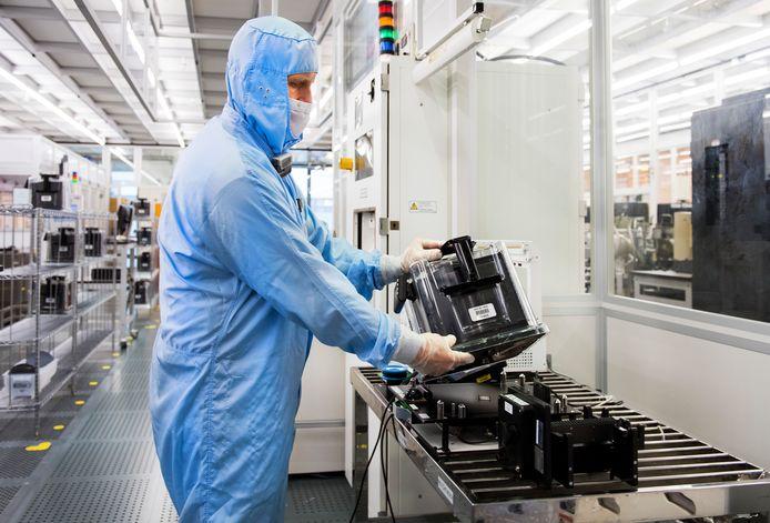 Een werknemer van NXP aan het werk in een chipfabriek.
