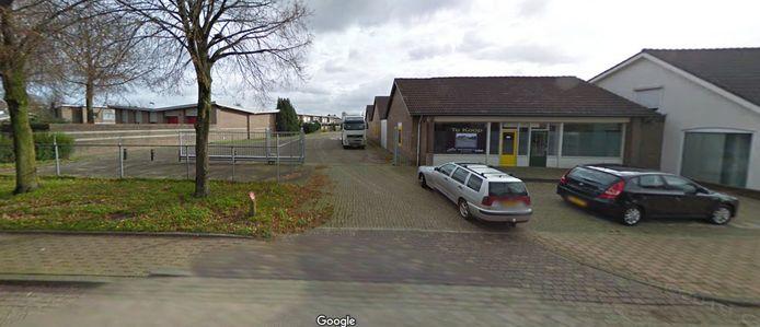 Het vooraanzicht van het pand aan de Kromstraat in Nistelrode dat plaats moet maken voor een vrijstaande woning, aan de Kromstraat, en meer naar achter op het terrein vijf levensloopbestendige patiowoningen.