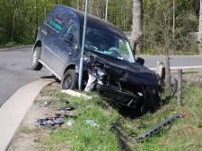 Veel schade bij botsing tussen vrachtwagen en busje in Kootwijkerbroek