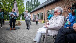 """Kleindochter verrast oma Jeanne (91) vanuit Costa Rica en brengt zangkoor op de been: """"Ontzettend dankbaar"""""""