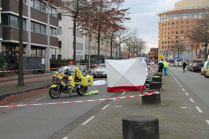 Na de vondst van de dode man werd een scherm om de auto geplaatst.