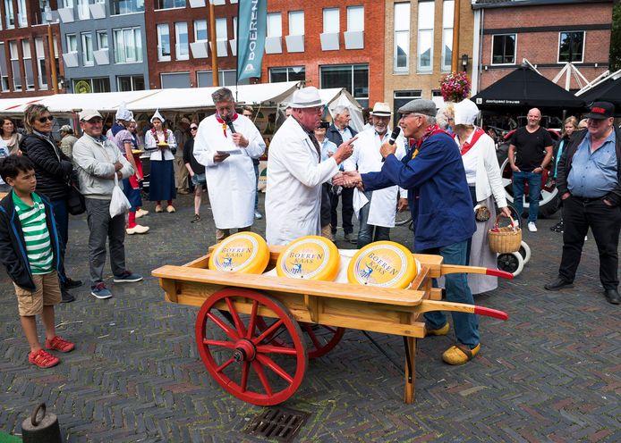 Demonstratie kaashandel op de streekmarkt op het Kerkplein.