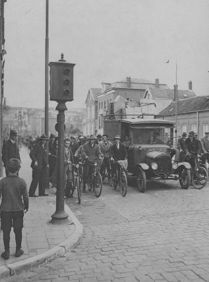 """""""1929. Het eerste stoplicht van het land! Eindhoven, de eerste gemeente van Nederland met als proef een verkeerslicht, dat later een eufemisme voor stoplicht bleek te zijn. Dat ronde ding achter op de paal was een bel, die schelde bij rood licht. Dit was zo omdat men twijfelde of dat de Eindhovensche verkeersdeelnemers wel zouden stoppen voor 'n 'rooi lampke'."""" Rini"""