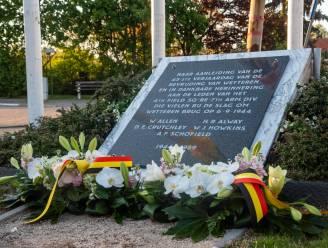 Bloemenhulde aan slachtoffers oorlog naar aanleiding van V-Day