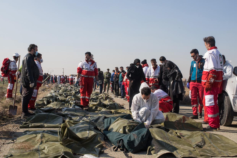 Reddingswerkers bergen de lichamen van de 176 slachtoffers.  Beeld NYT