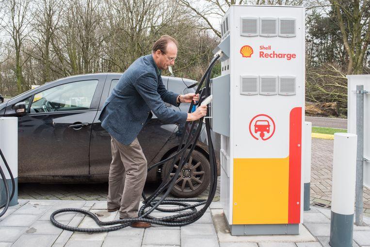 Laadpunt voor elektrische auto's van Shell. Beeld Simon Lenskens
