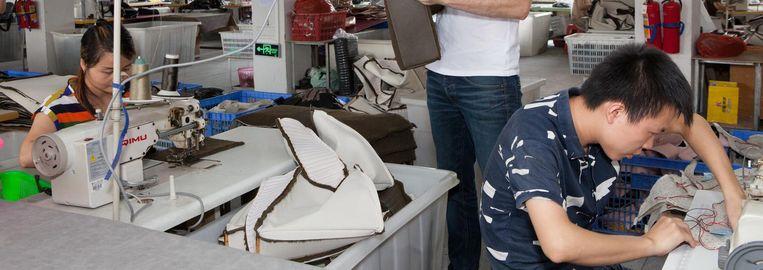 Portret van Jeroen Herms (37) in zijn tassenfabriek in Guangzhou. Beeld Ruben Lundgren