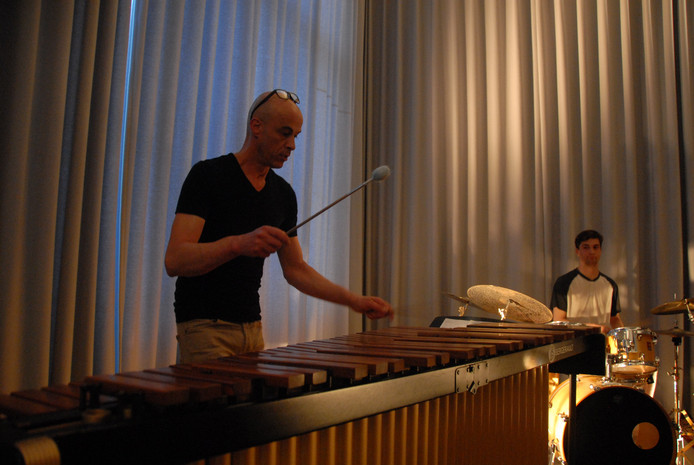 Docent Erik Hanegraaf op de marimba