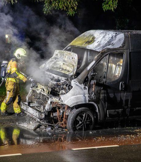 Bedrijfsbusje brandt uit in Roosendaal nadat omwonenden knal horen