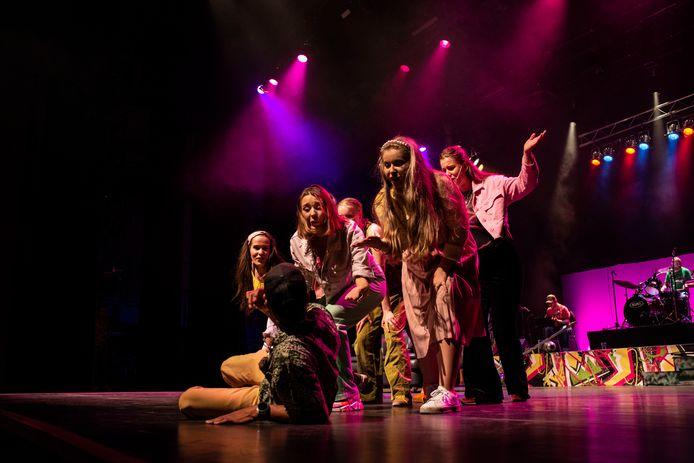 De 'boodschap pose' van jongeren tijdens hun muziektheater De Soos.