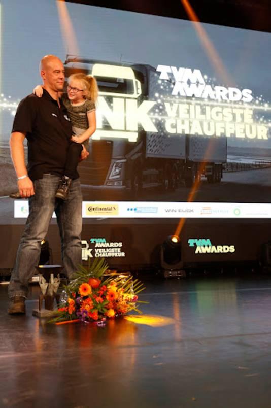 René de Baat op het podium met zijn dochtertje na zijn overwinning.