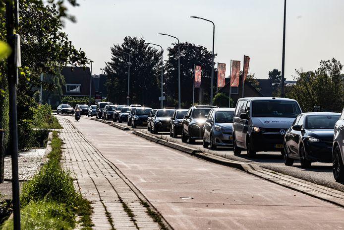 Enorme drukte op de Noordweg in Wateringen vanwege de afsluiting van de Ambachtsweg.