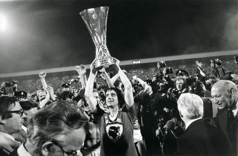 PSV-aanvoerder Willy van der Kuijlen houdt de Uefa-cup omhoog, die net gewonnen is door Bastia thuis met 3-0 te verslaan, Eindhoven, Nederland, 9 mei 1978. Beeld Brunopress