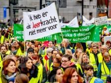 Honderd stakende Hellendoornse leraren bieden petitie aan: 'kwaliteit kost geld'