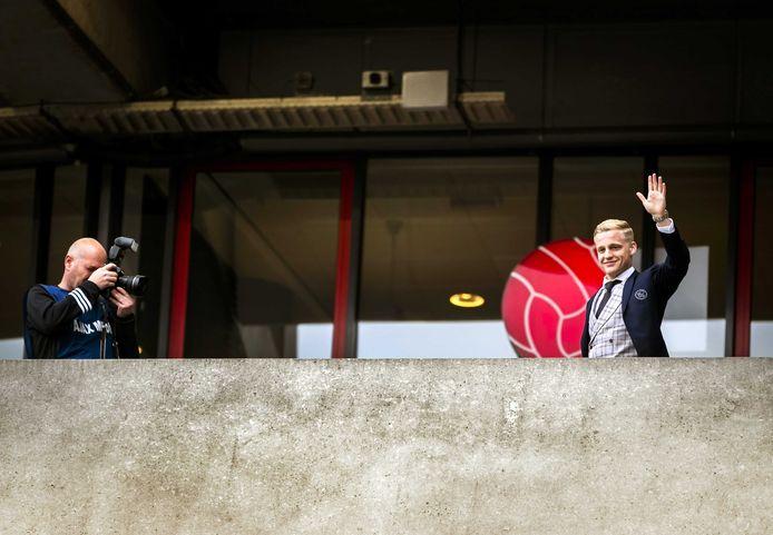 Donny van de Beek zwaait naar een groepje fans.