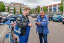 Louis Simon Broersen van Band op Spanning heeft de auto van Marinus Dingemans (rechts) gecontroleerd. Er mocht wel wat lucht bij.
