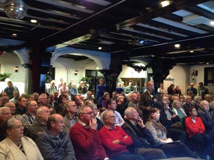 Een volle zaal bij de Bolle Keizer in Helvoirt luistert naar de plannen van de ombouw van de N65 bij Helvoirt.